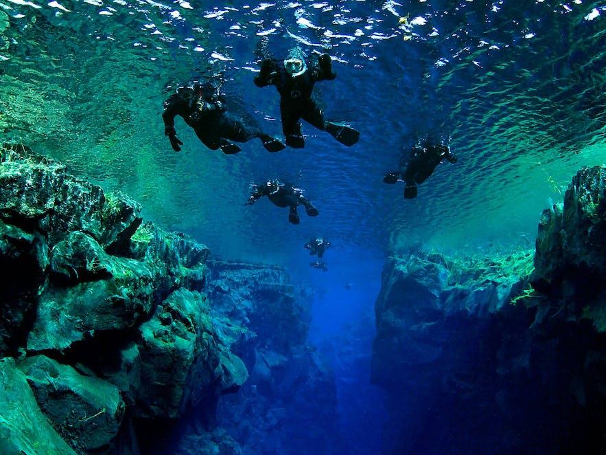 Plongeurs à Silfra en mai