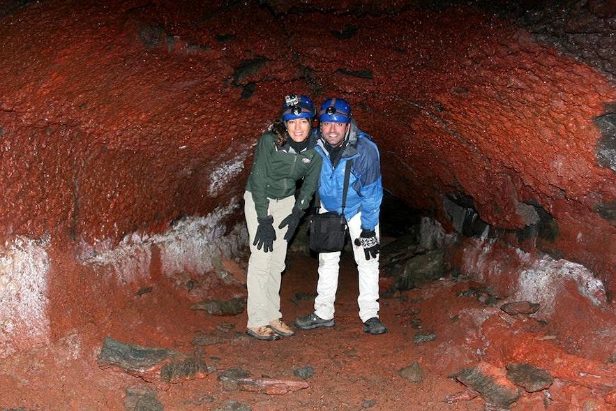 地下に隠れているアイスランドを探検するにはケイビングツアーでしょう!