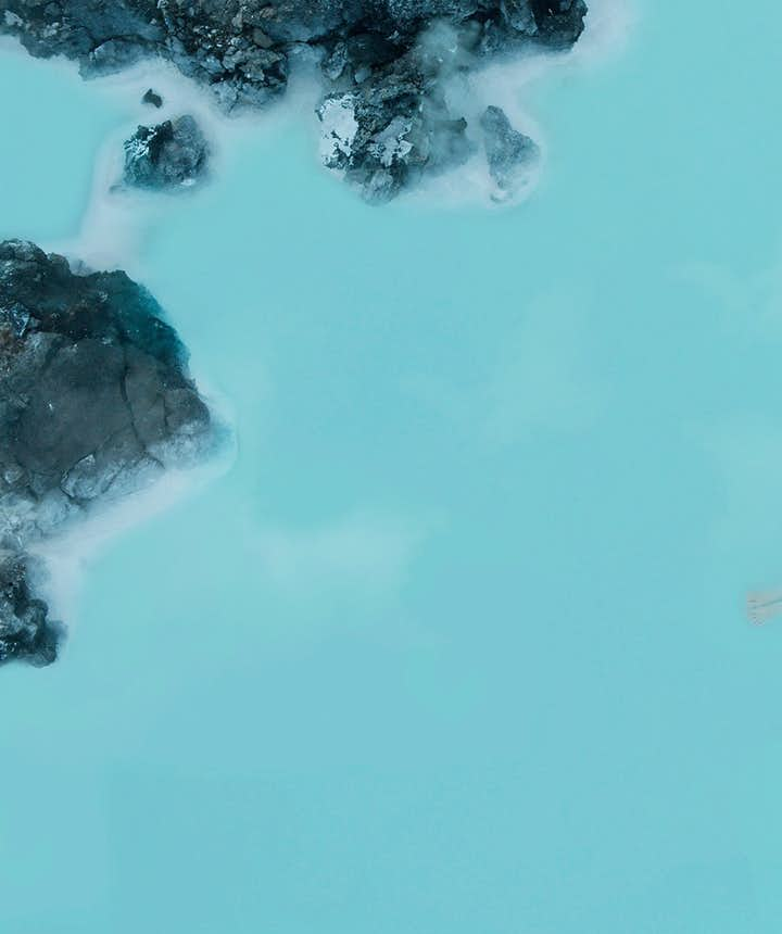 Moment de relaxation dans les eaux chaudes du Blue Lagoon en Islande