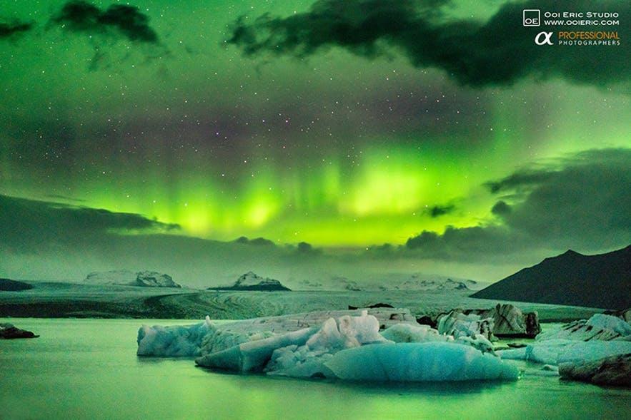 Zorza polarna tańcząca nad Jokulsarlon, południowy wschód wyspy.