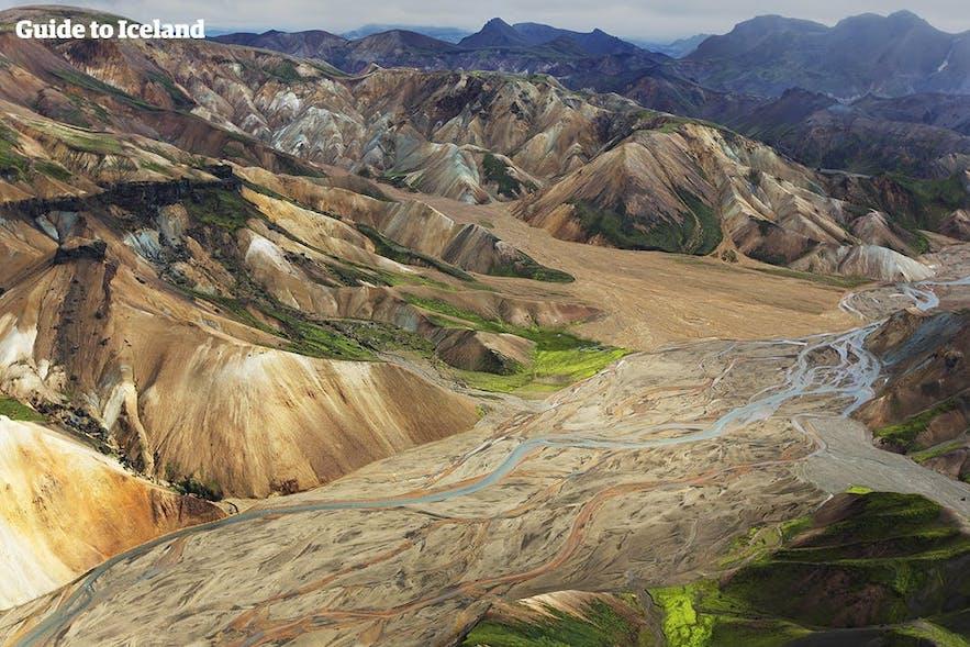 流紋岩の山が美しいアイスランドのハイランド地方にあるランドマンナロイガル
