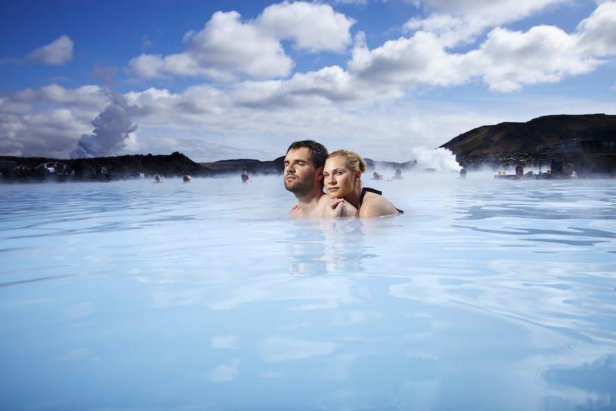蓝湖温泉的气氛非常浪漫,非常适合情侣前往