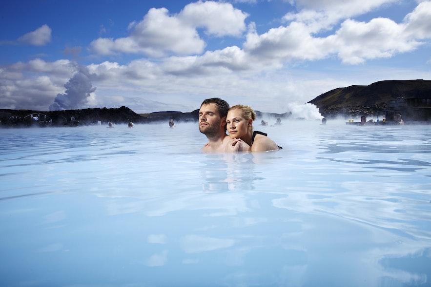 В Голубой лагуне в Исландии очень романтично.