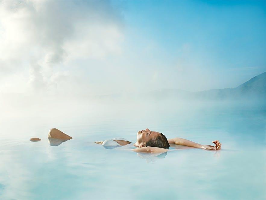 근육의 긴장을 풀어주는 아이슬란드 블루라군의 온천욕