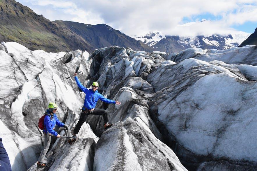 アイスランドの氷河には火山噴火の証拠となる灰の層が見られる