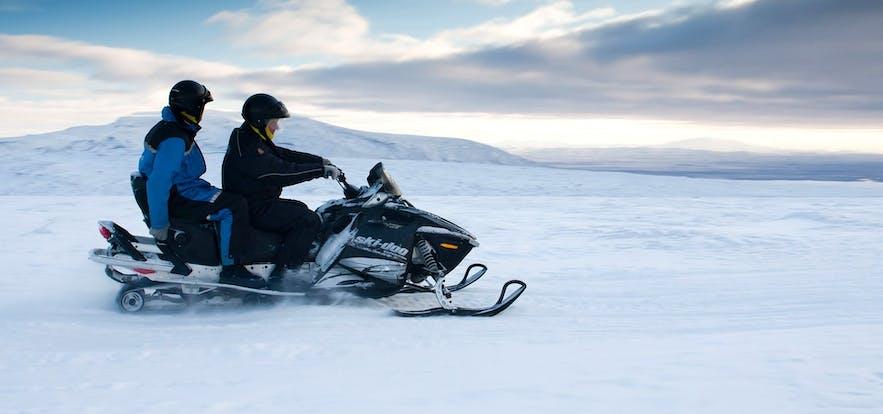 ラングヨークトル氷河を駆け抜けるスノーモービル体験