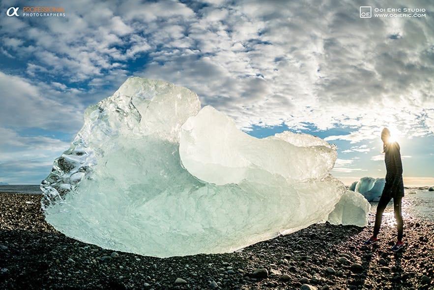 빙산이 파도에 의해 해변으로 밀려오는 빙하 호수 근처의 다이아몬드 해변.