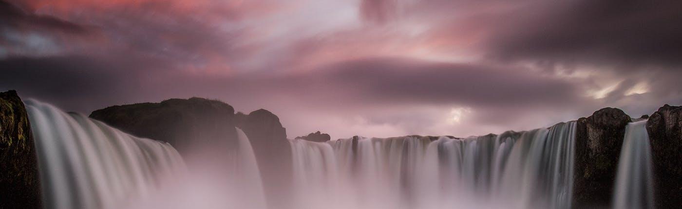 ゴーザフォスの滝は北アイスランドが誇る一つの名瀑