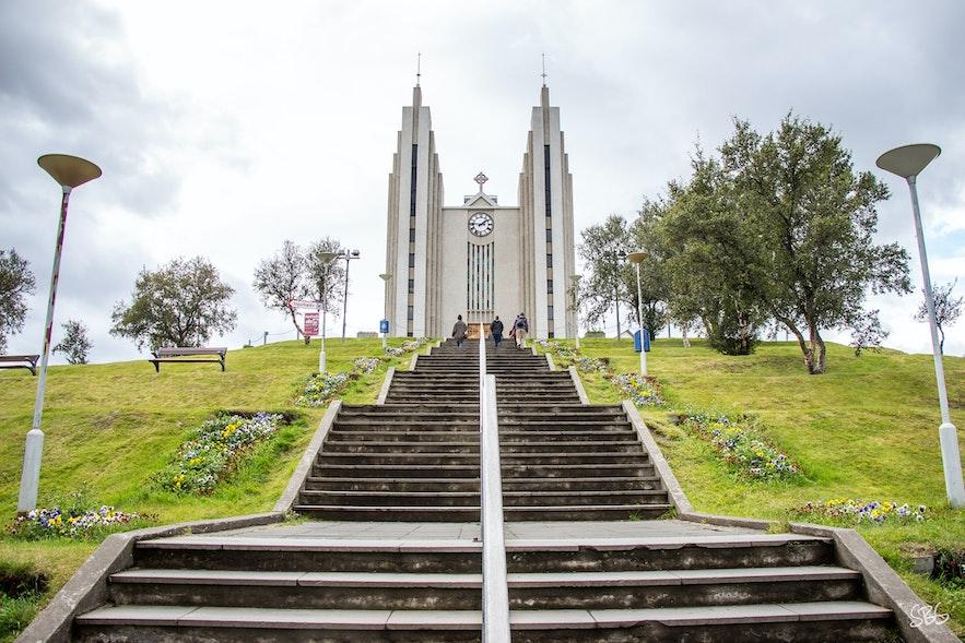 อาคูเรย์ราร์คิร์คยา มีสไตล์การก่อสร้างที่แตกต่างไปจากโบสถ์อื่นๆ ในไอซ์แลนด์อย่างเห็นได้ชัด