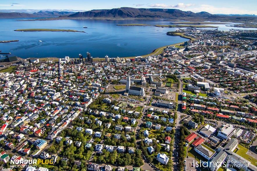 直升机鸟瞰冰岛首都雷克雅未克