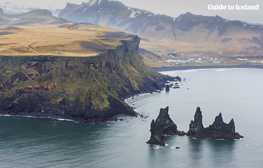 冰岛南岸黑沙滩可以看到海上的Reynisdrangar石柱群