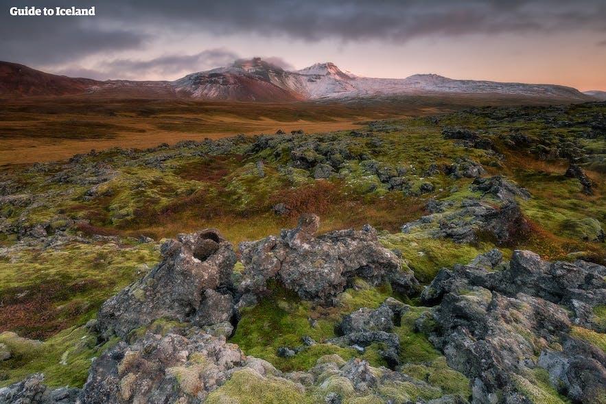 冰岛中央内陆高地兰德曼纳劳卡的彩色风景