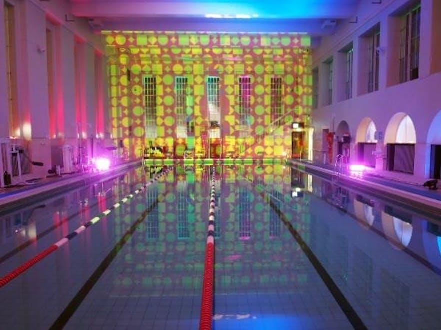 冰岛首都雷克雅未克市中心的Sundhöllin泳池