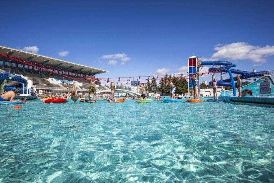 冰岛首都雷克雅未克最大的游泳池Laugardalslaug