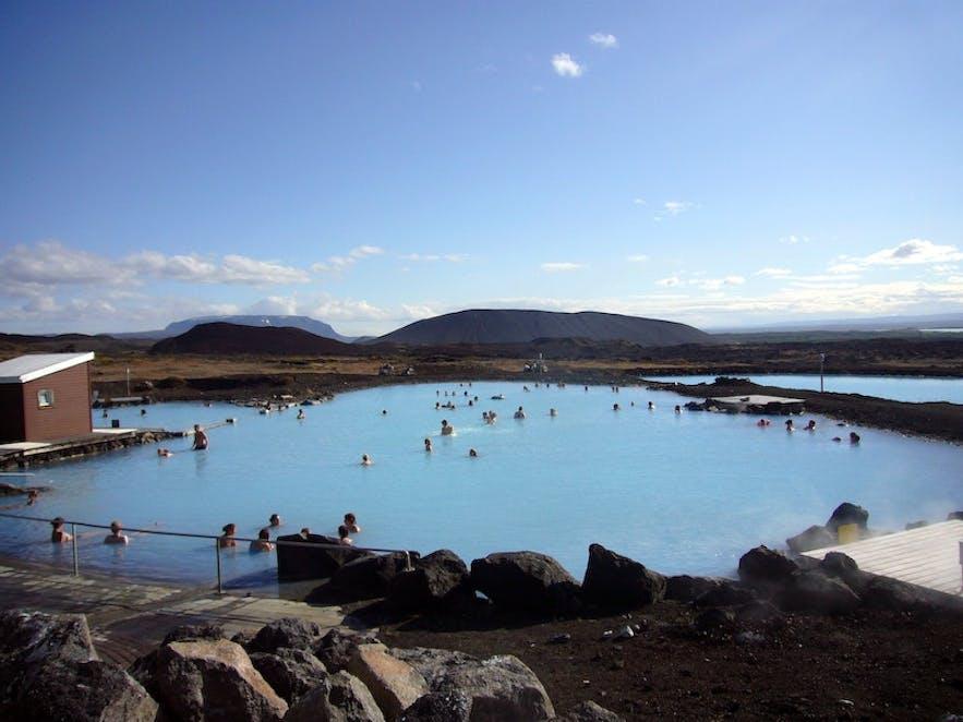 夏季时的冰岛北部米湖天然温泉