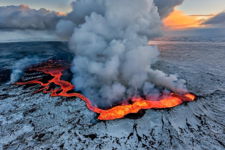冰岛火山爆发的壮丽景色
