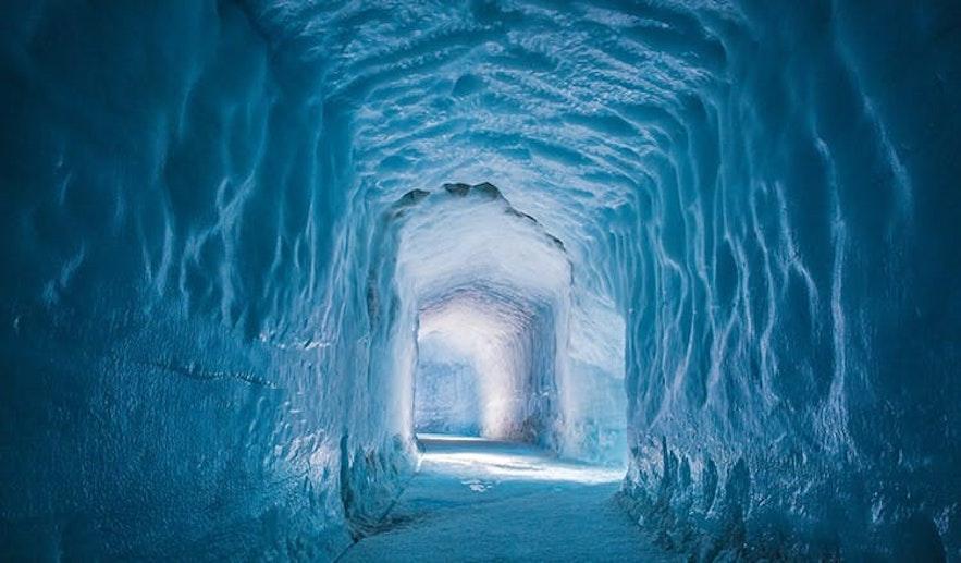 """冰岛第二大冰川-""""长冰川""""朗格冰川下的人工隧道"""