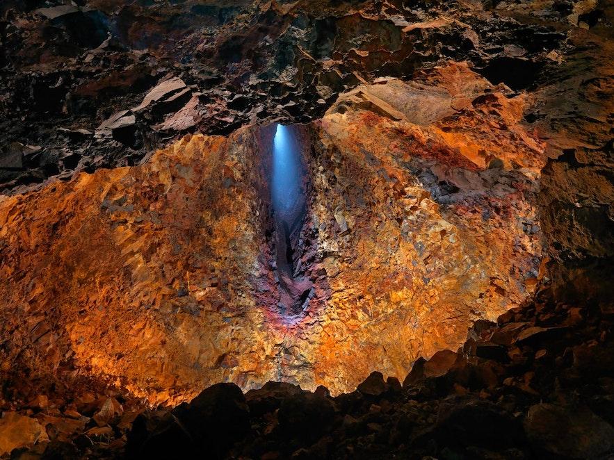 冰岛是世界上唯一一处允许游客进入火山内部的地方