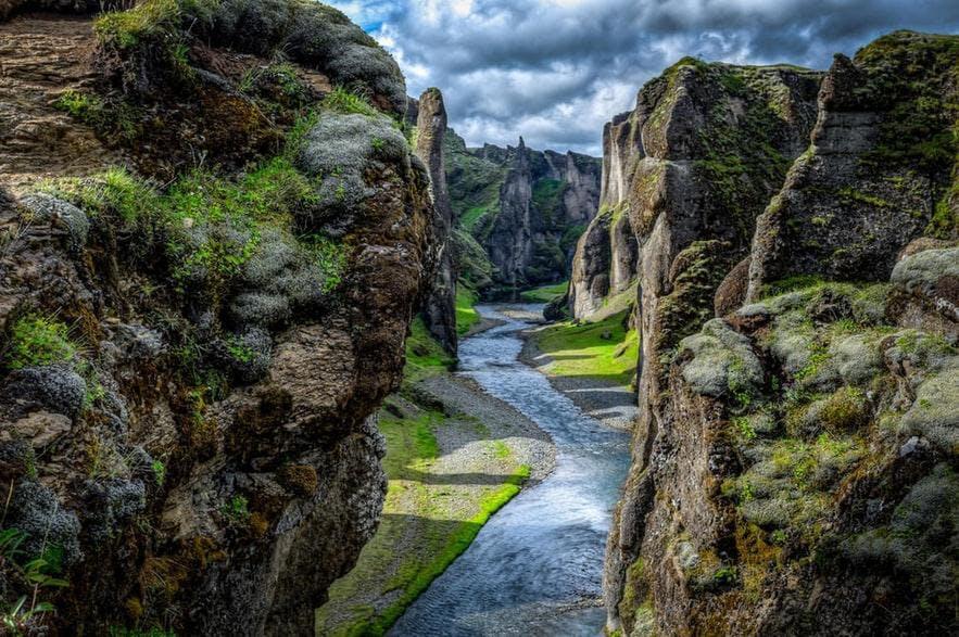 Die Schlucht Fjaðrárgljúfur in Südisland