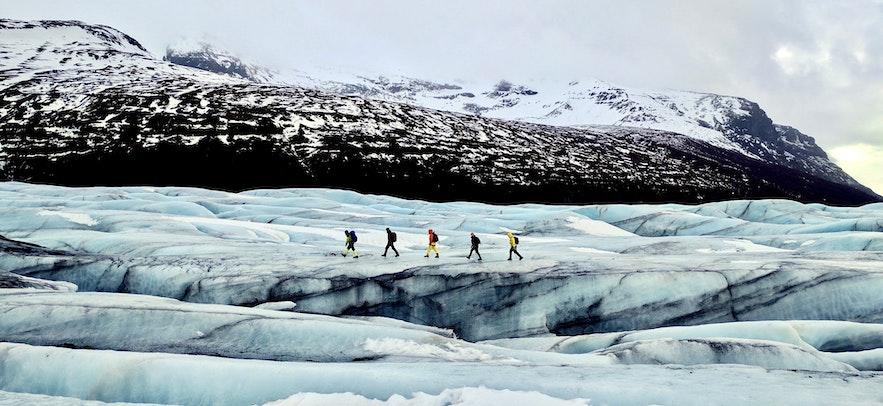想要在冰岛冰川徒步,必须要参加旅行团,在向导带领下进行