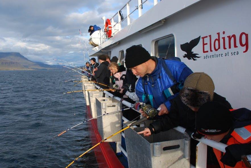 고래 관측선 측면에서 낚시대를 드리우는 모습