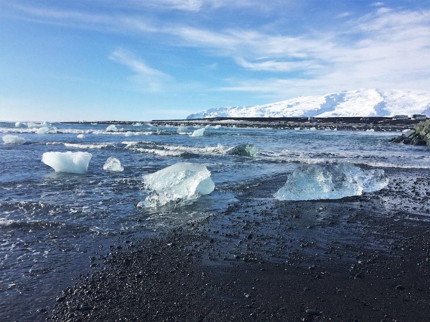 Eisbrocken an der Küste vor Jökulsárlón
