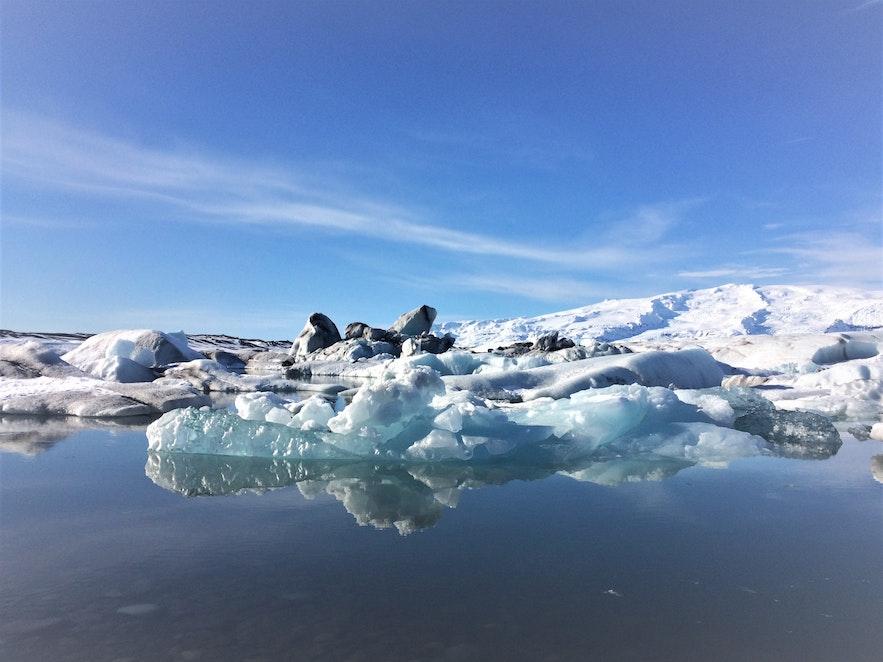 Die Eisberge in Jökulsárlón sind weiß, blau und schwarz gefärbt
