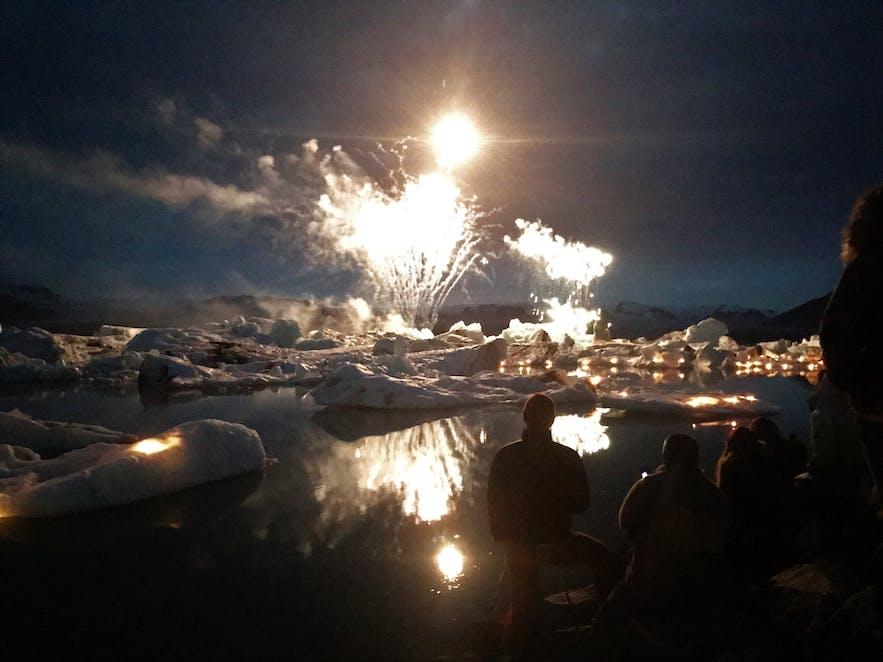 Die Gletscherlagune erstrahlt im Feuerwerk