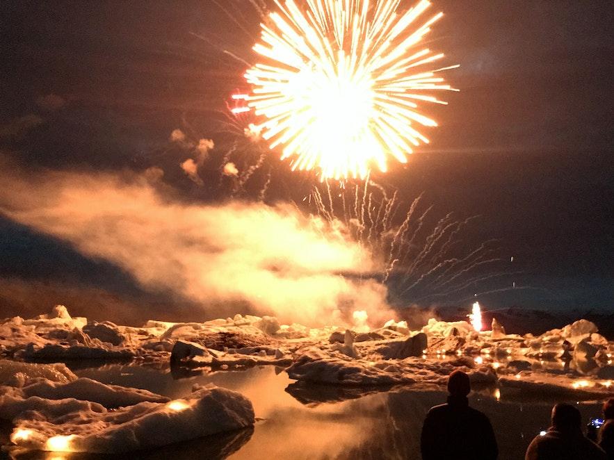Die Eisberge geben eine atemberaubende Kulisse für das Feuerwerk ab!