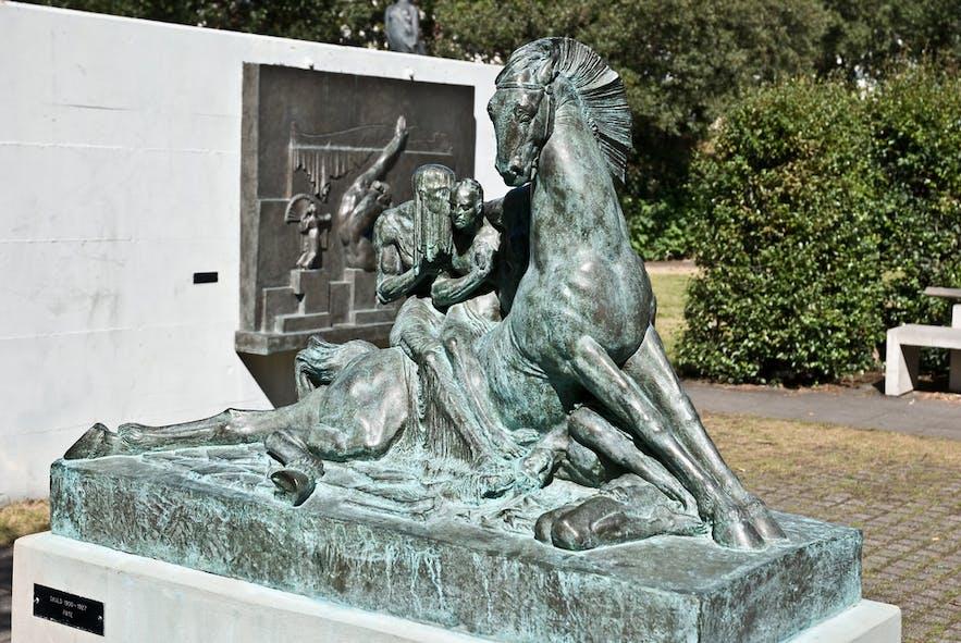 Do muzeum trzeba kupić bilet, ale ogród z rzeźbami jest otwarty dla wszystkich.