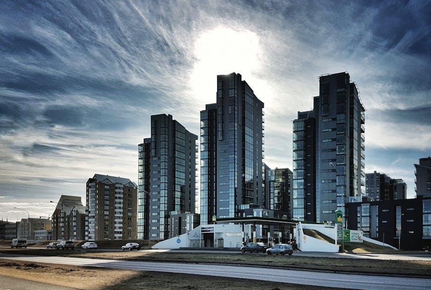 Budynki blokują widok na ocean i górę Esja dużej części mieszkańców centrum.