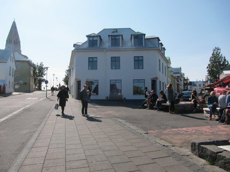 Reykjavik Roastersカフェの前のスペース。ハットルグリムス教会が見えます。