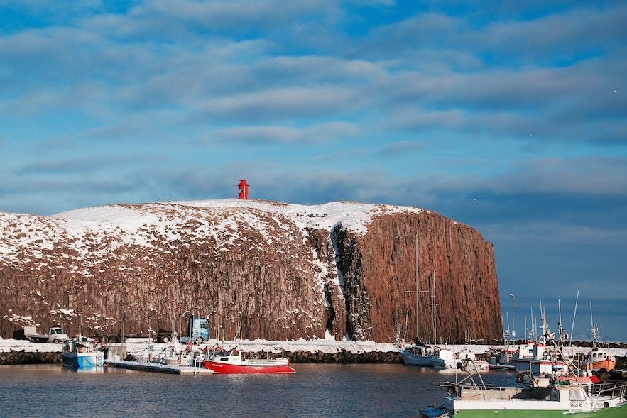 斯蒂斯基霍尔米港口边小岛上的红色小灯塔