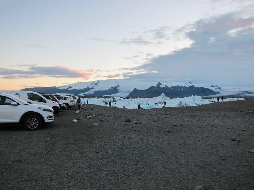 車が並ぶヨークルスアゥルロゥン氷河湖の駐車場