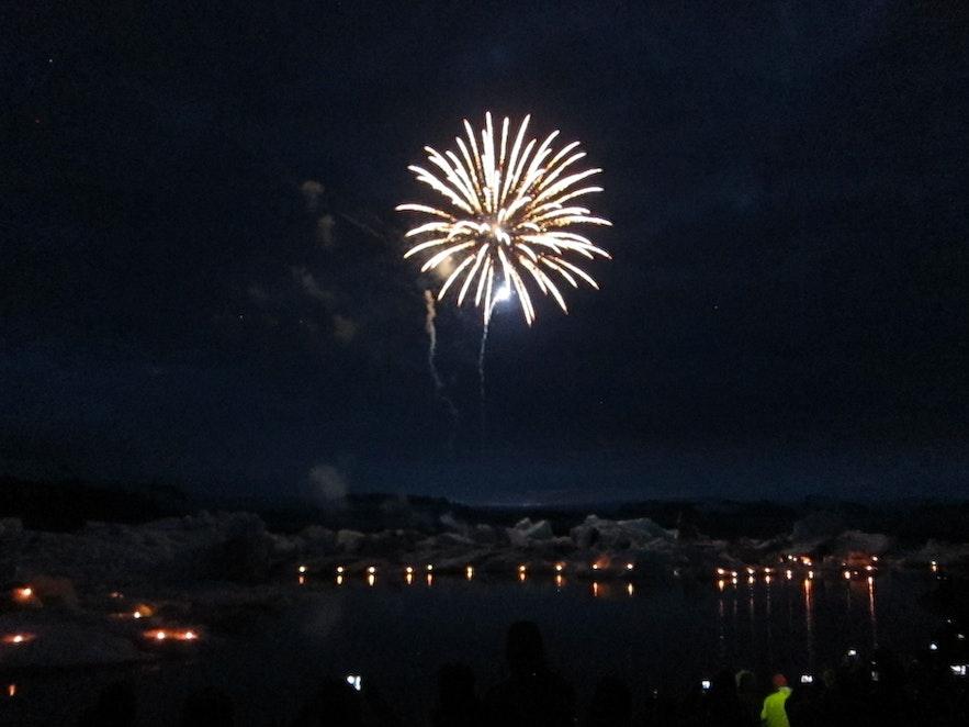ヨークルスアゥルロゥン氷河湖に舞い上がる花火
