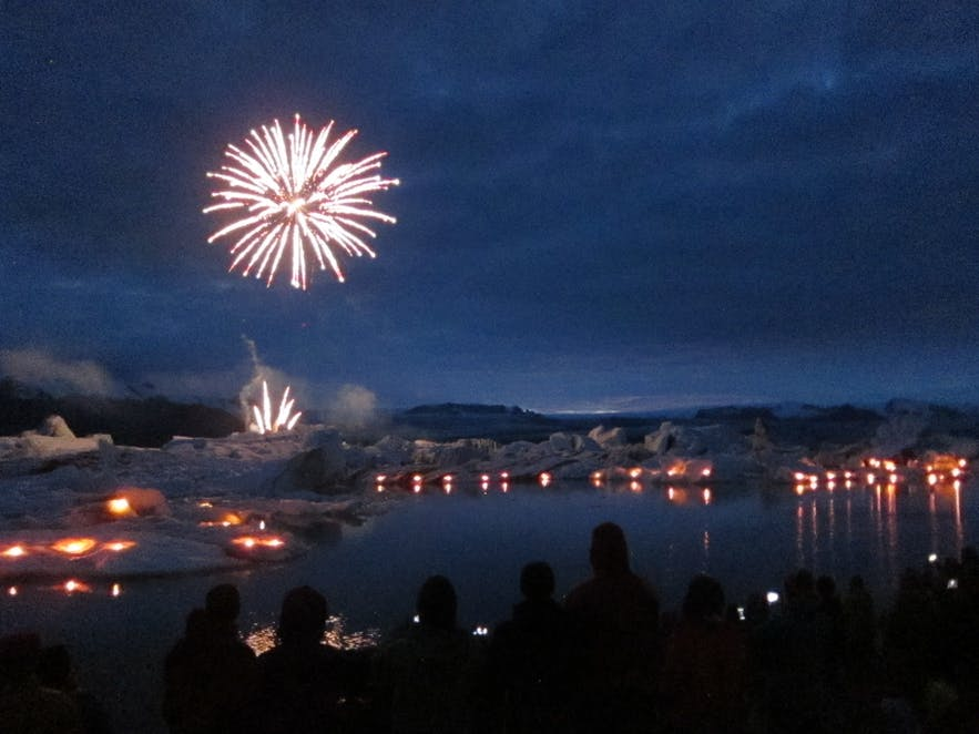 ヨークルスアゥルロゥン氷河湖の空に舞い上がる花火