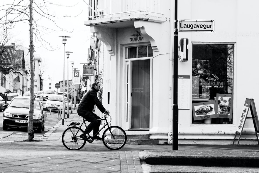 라우가베귀르에서 자전거로 통근하는 아이슬란드 현지인의 모습