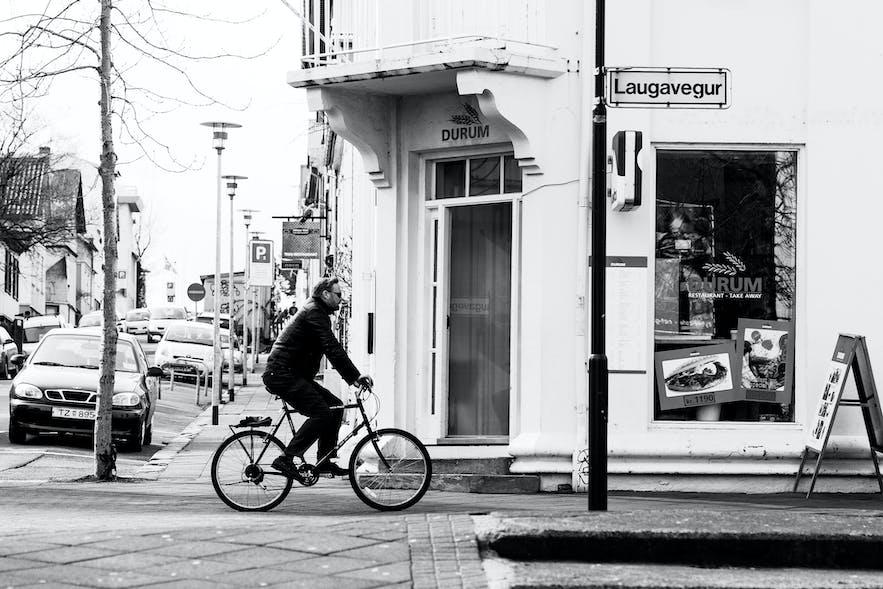 Rowerzysta przejeżdżający przez Laugavegur.