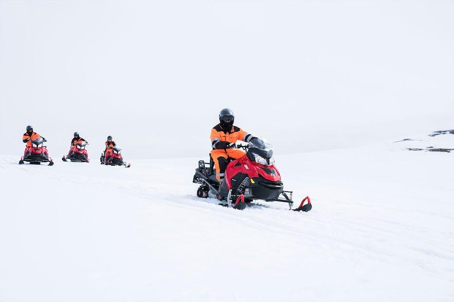 Snowmobilfahrer auf dem Langjökull-Gletscher