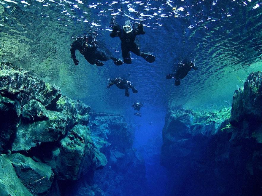 Snorkeling w szczelinie Silfra na Islandii