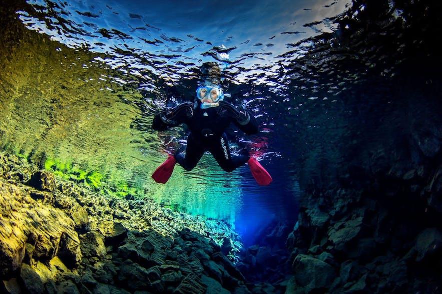 Un plongeur au chaud dans sa combinaison sèche durant la plongée à Silfra