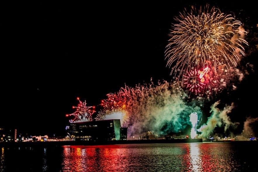 ハルパコンサートホール、大みそかの花火を背景に