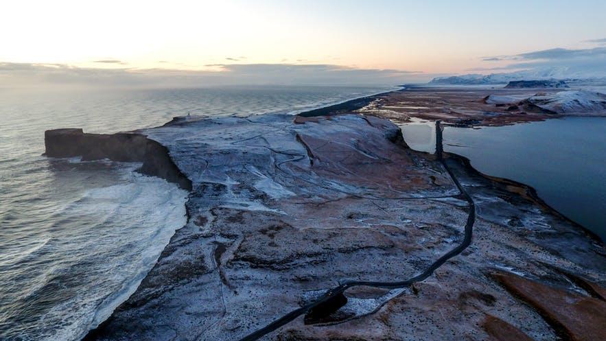 Über den Dyrhólaey-Klippen in Island im Januar