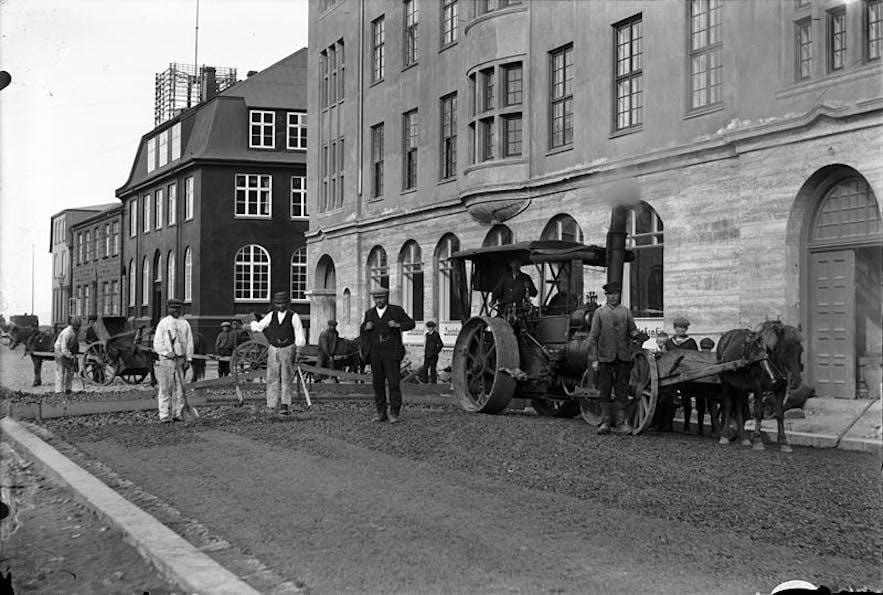 1917년 포스튀스스트라이티(Pósthússtræti)와 아우스튀르스트라이티(Austurstræti)의 도로 건설 노동자