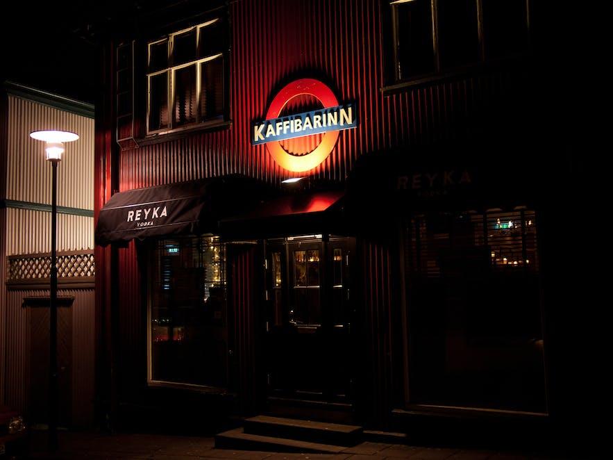 Jeden z pubów w centrum Reykjaviku.