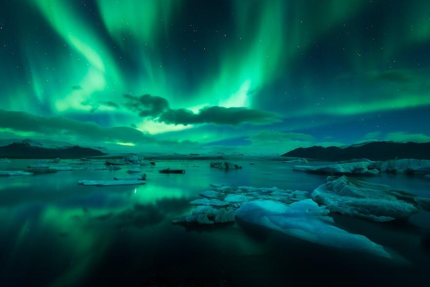在傑古沙龍冰河湖上面飛舞的極光