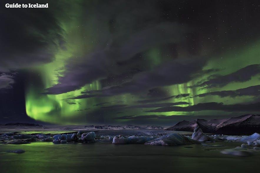 Het noorderlicht boven de gletsjerlagune Jökulsárlón.