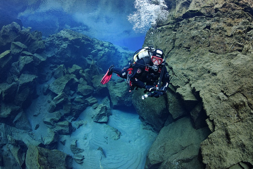 Ein Scuba Diver in der Silfra-Spalte