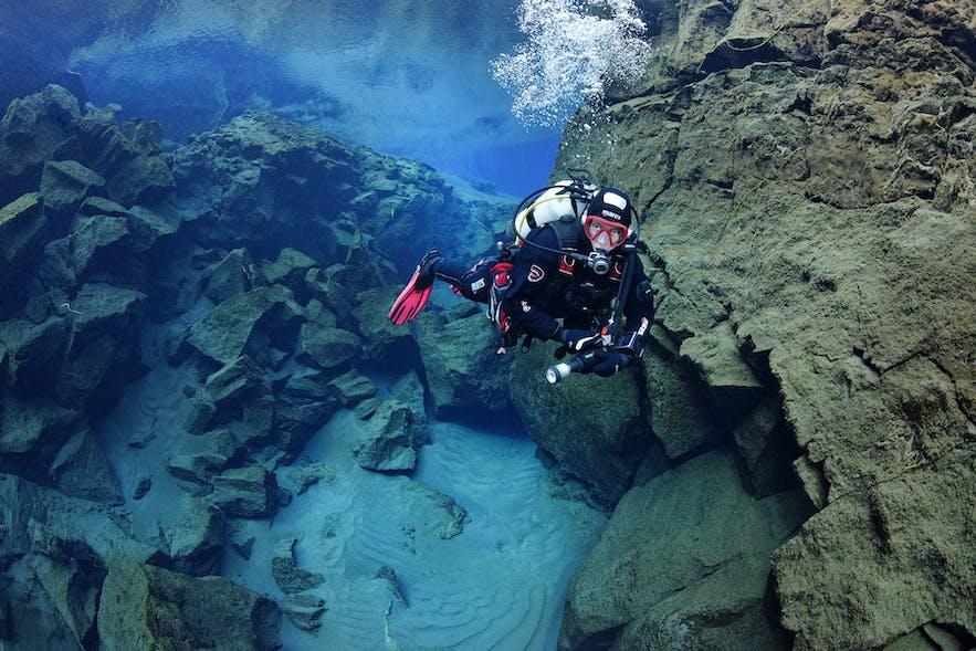Un plongeur avec bouteille à Silfra