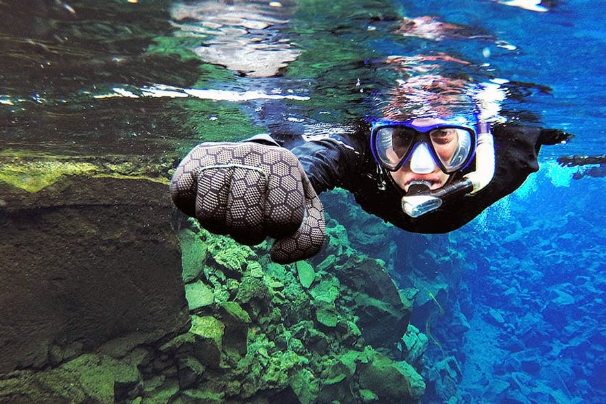 Un plongeur snorkeling à Silfra